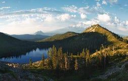 珠穆琅玛mt全景 从Heart湖的Shasta 库存图片