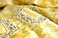 珠饰细工和修剪在葡萄酒织品 免版税库存图片