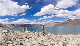 班公错山有佛教stupas的湖全景在foref 免版税库存图片