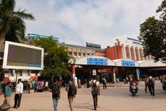 班加罗尔印度2019年6月3日:班加罗尔火车站早晨时间的入口的乘客 库存图片