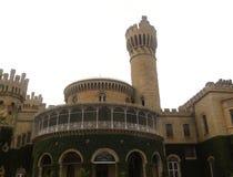 班加罗尔,卡纳塔克邦,印度-有塔楼的11月23日2018年班加罗尔宫殿 库存照片