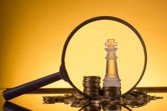 班卓琵琶 去开户 硬币的金黄专栏在绿色背景的 免版税库存照片