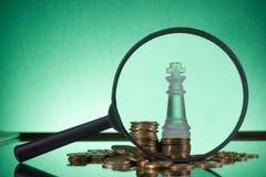 班卓琵琶 去开户 硬币的金黄专栏在绿色背景的 免版税库存图片