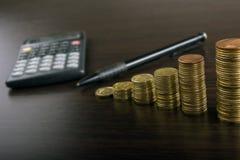 班卓琵琶 去开户 硬币的金黄专栏在绿色背景的 免版税图库摄影