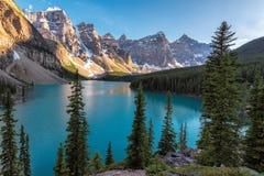 班夫国家公园,加拿大人的罗基斯梦莲湖, vertbcal 免版税库存图片