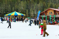 班斯科滑雪胜地、餐馆和人们,保加利亚 库存照片