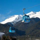 班斯科缆车客舱和雪峰顶,保加利亚 免版税库存图片