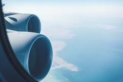 班机喷气机引擎和沿海风景 免版税库存照片