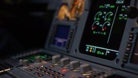 班机的自动驾驶操纵元素 开关盘区在航空器驾驶舱的 推力杠杆有双发动机 股票录像