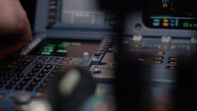 班机的自动驾驶操纵元素 开关盘区在航空器驾驶舱的 推力杠杆有双发动机 免版税库存照片
