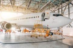 班机航空器在有一个开放门的一个飞机棚对服务 库存照片