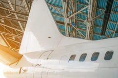 班机航空器在有一个开放门的一个飞机棚对服务 库存图片
