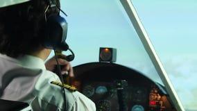班机饮用的啤酒的疯狂的上尉与副驾驶的在驾驶舱,危险内 股票视频