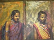 班格洛,卡纳塔克邦,印度- 2009年2名部族妇女1月1日艺术绘画农村衣物的在班格洛宫殿 免版税库存图片