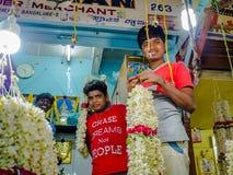 班格洛,印度- 2017年6月06日:未认出的人,花卖主在KR市场上在班格洛 在班格洛,印度 免版税库存图片
