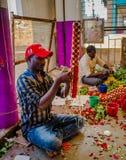 班格洛,印度- 2017年6月06日:花卖主在KR市场上在班格洛 在班格洛,印度 库存照片