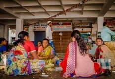 班格洛,印度- 2017年6月06日:花卖主在KR市场上在班格洛 在班格洛,印度 库存图片