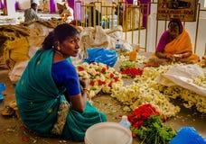 班格洛,印度- 2017年6月06日:花卖主在KR市场上在班格洛 在班格洛,印度 免版税库存图片