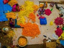 班格洛,印度- 2017年6月06日:花卖主鸟瞰图在KR市场上在班格洛 在班格洛,印度 免版税图库摄影