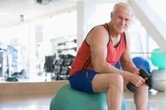 球体操现有量使用重量的人瑞士 免版税库存照片