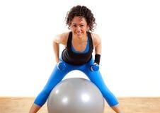 球健身女孩俏丽的重量 免版税库存照片