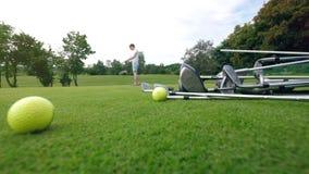 球员使用高尔夫俱乐部实践在路线的命中 股票录像
