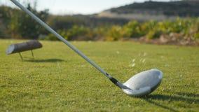 球员击中了与高尔夫俱乐部的球 股票视频