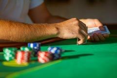 球员在打牌用之轻便小桌上 免版税库存照片