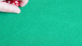 球员在绿色委员会投掷许多红色多面切成小方块 股票录像