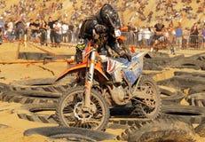 球员在落以后培养他的摩托车 Enduro摩托车竞争 库存照片