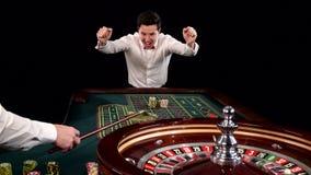 球员在赌博娱乐场采取被赢取的芯片 backarrow 股票视频