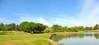 球员在Islantilla,安大路西亚,西班牙高尔夫球场  免版税库存图片