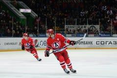 球员安东拉扎列夫和Nikita Tryamkin曲棍球棍打 免版税库存照片