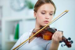 球员小提琴 免版税图库摄影