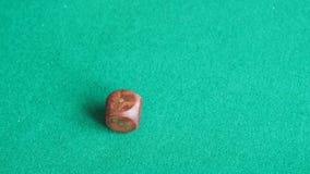 球员投掷一个木模子在绿色委员会的两次 股票录像