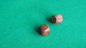 球员投掷两木把在绿色委员会的一次切成小方块 股票录像