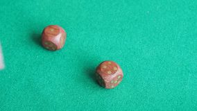 球员投掷两木把在绿色委员会的三次切成小方块 影视素材
