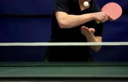 球员服务乒乓球 免版税库存图片
