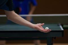 球员服务乒乓球 免版税库存照片