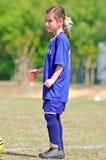 球员足球等待的年轻人 库存照片