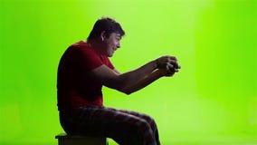 球员通过打一个电子游戏按按钮gamepad 影视素材