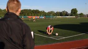 球员阻塞他的看他的鞋带和主教练 影视素材