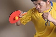 球命中砰球员pong乒乓球 免版税库存照片