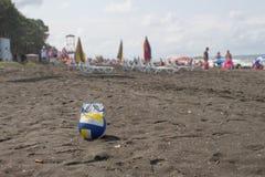 球和游泳的玻璃在海滩 人被弄脏的照片沙子海滩的 旅行或海假期概念 库存照片