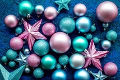 球和装饰在蓝色背景顶视图的圣诞树的特征模式 免版税库存图片