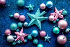 球和装饰在蓝色背景顶视图的圣诞树的特征模式 图库摄影