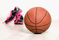球和运动鞋篮子的 免版税库存图片