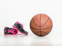 球和运动鞋篮子的 免版税库存照片