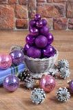 球圣诞树在一个柳条碗站立 免版税图库摄影