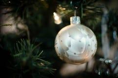 球圣诞树装饰 免版税库存图片